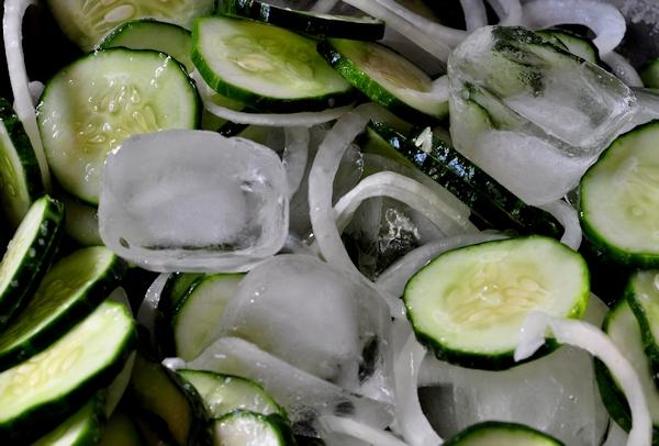 Cuci Wajah dengan Es Batu dan Mentimun